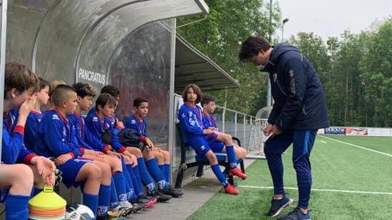 Mika Frijn traint JO15-1 zondag volgend seizoen